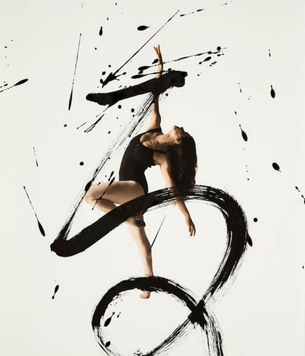 Une danseuse en mouvement.