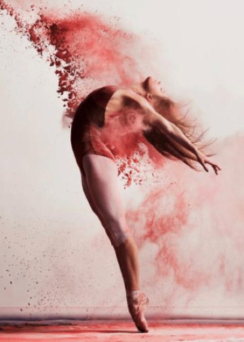 Une danseuse avec propulsion de peinture.